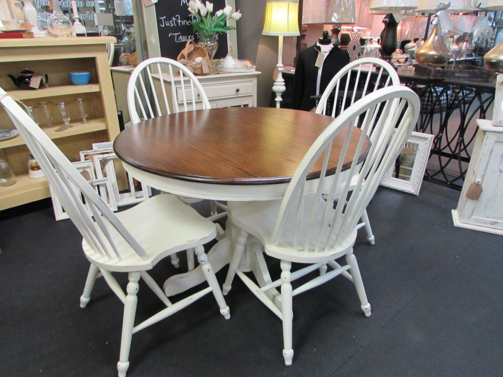 "COUNTRY FARMHOUSE FARM TABLE & CHAIRS (42"" Round)"