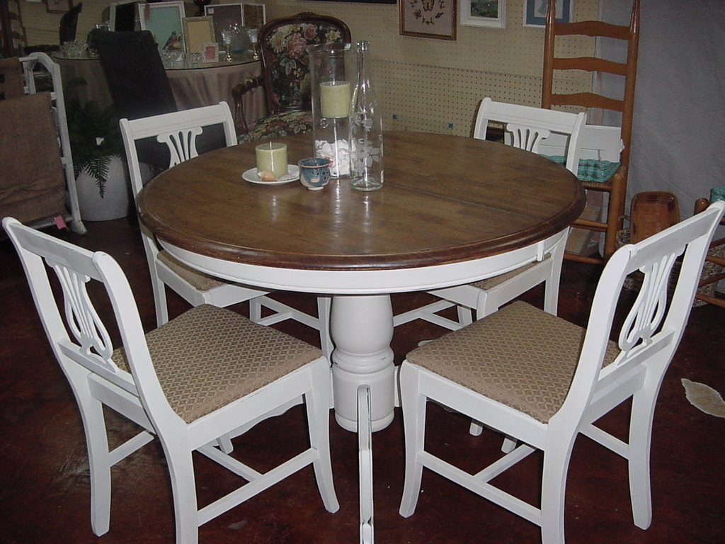42u2033 STAINED TOP PEDESTAL TABLE With FOUR MATCHING CHAIRS