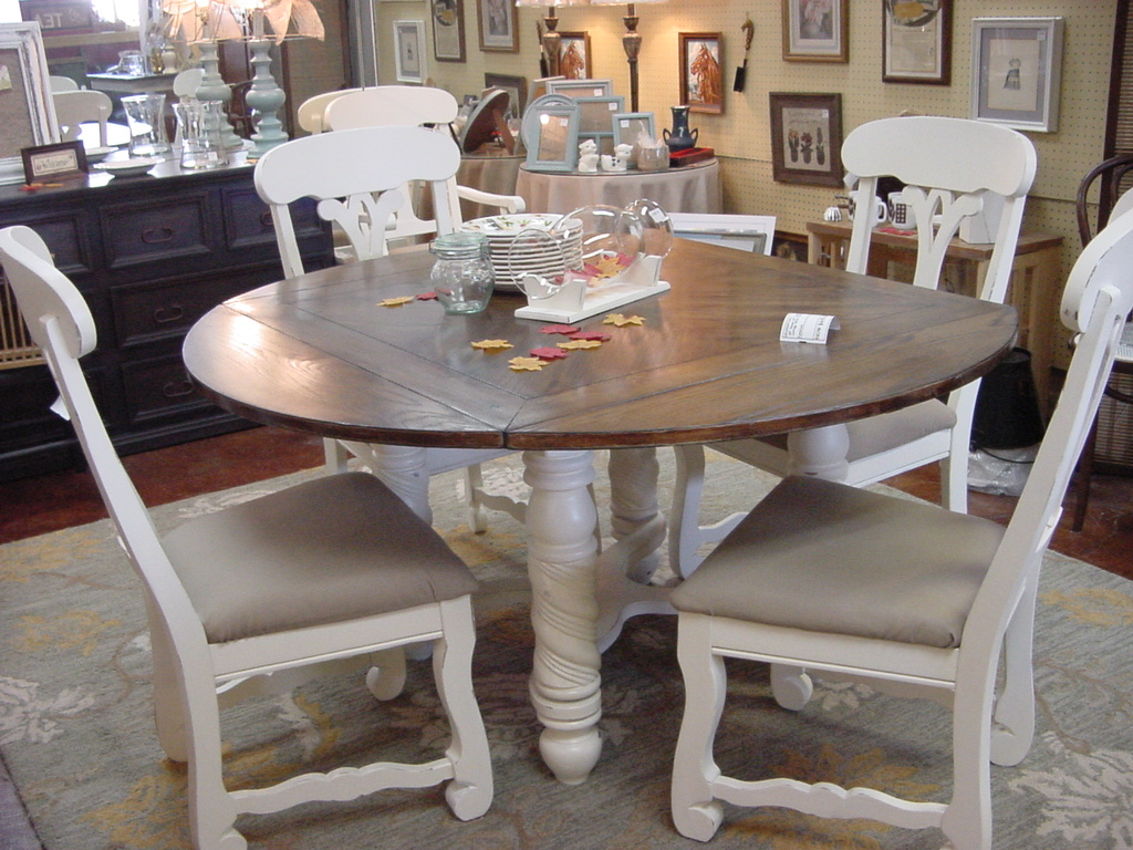60u2033 ROUND DROP LEAF TABLE WITH SIX MATCHING CHAIRS